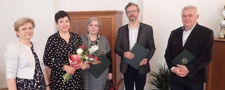 Od lewej: Małgorzata Noskowska - kierownik wydziału edukacji w starostwie powiatowym, starosta Danuta Smaga, Alina Gomółka, Grzegorz Jabłoński, Wiesław Smyrgała.