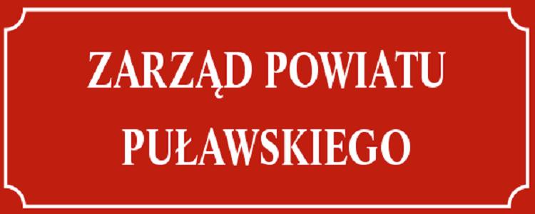 Zarząd Powiatu Puławskiego. Napis na czerwonym tle, białe litery.
