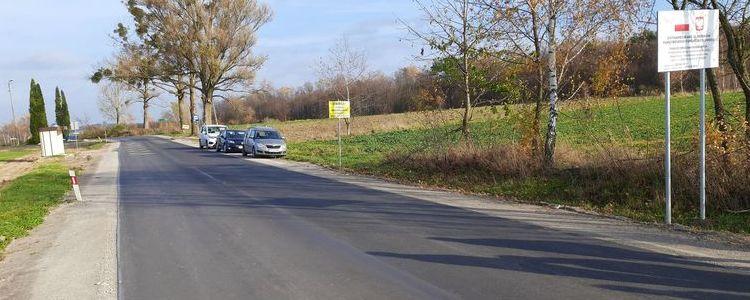 Fragment wyremontowanego odcinka drogi powiatowej nr 2552L Wąwolnica - Poniatowa.