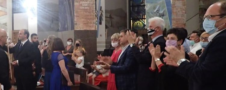 Wnętrze Kościoła Miłosierdzia Bożego w Puławach - koncert - oklaski