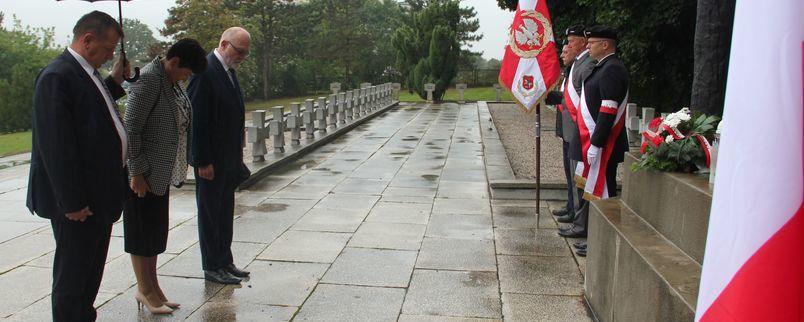 Delegacja powiatu składa hołd poległym i pomordowanym w II wojnie śwatowej