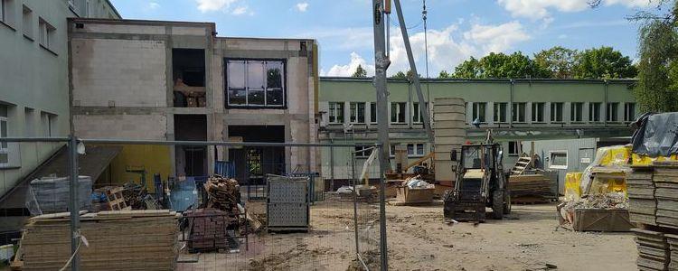 Budynek Zespołu Szkół nr 2 im. E. Kwiatkowskiego w Puławach w trakcie rozbudowy.
