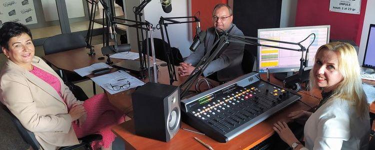 Starosta Danuta Smaga, dyrektor Młodzieżowego Domu Kultury w Puławach Mariusz Oleśkiewicz oraz redaktor Joanna Czajkowska w studiu nagrań radia Impuls.