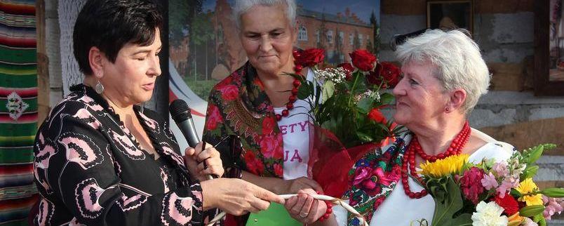 Starosta Danuta Smaga składa podziękowania dla przewodniczącej Walentyny Nowak