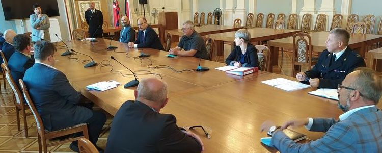 Członkowie Społecznego Komitetu Fundacji Sztandaru dla Komendy Powiatowej Państwowej Straży Pożarnej w Puławach podczas posiedzenia w Sali Pompejańskiej puławskiego Starostwa.
