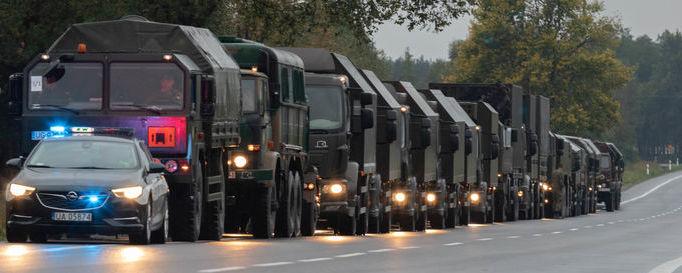 kolumna pojazdów wojskowych
