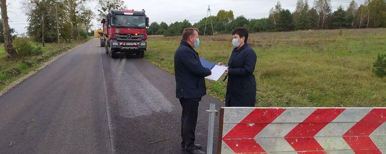 Starosta Danuta Smaga i członek zarządu powiatu Jan Ziomka podczas roboczej wizyty na drodze powiatowej 2523L Janowiec - Ławeczko Stare.