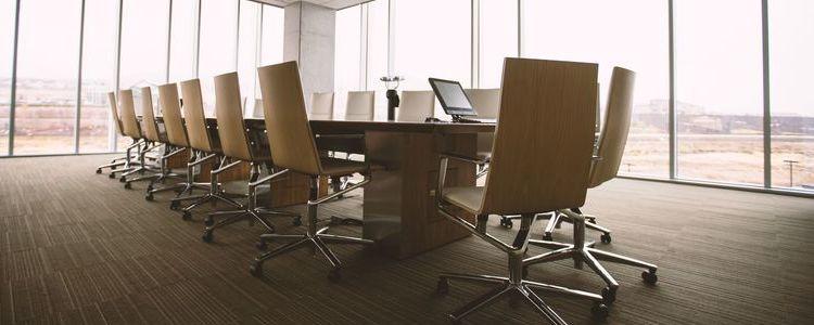 Stół konferencyjny z krzesłami.