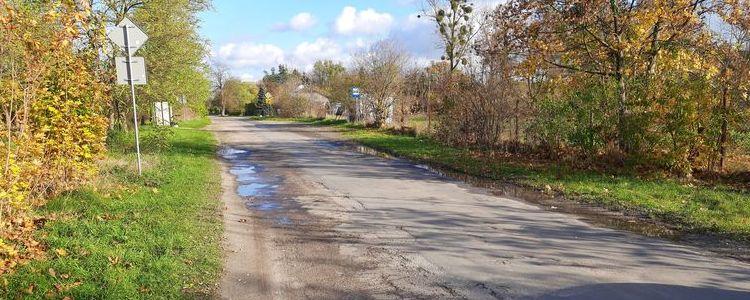 Fragment drogi powiatowej nr 2525L w miejscowości Brześce w gminie Janowiec.