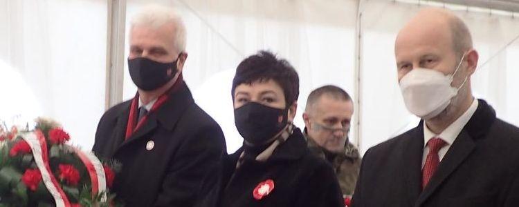 Delegacja powiatu z biało-czerwoną wiązanką