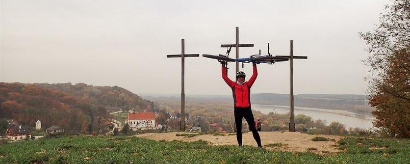 Autor z rowerem na Górze Trzech Krzyży w Kazimierzu Dolnym
