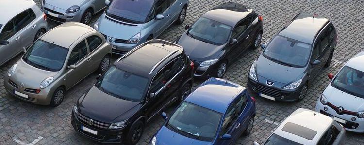 Grupa samochodów widziana z lotu ptaka.
