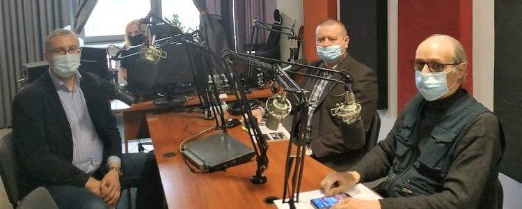 Uczestnicy audycji w radiowy studio.