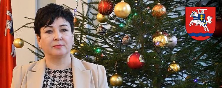 Starosta składa życzenia noworoczne, w tle choinka