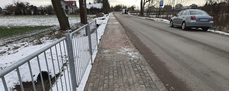 Fragment nowo wybudowanego chodnika przy drodze powiatowej w Dąbrówce.