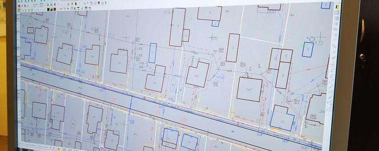 Monitor komputera wyświetlający mapę geodezyjną.
