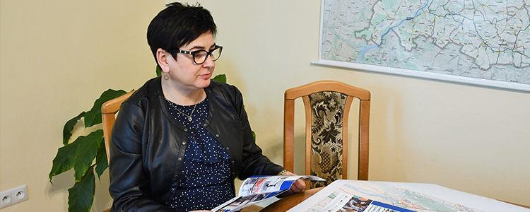 Starosta z folderem Nowoczesne Centra Edukacji Zawodowej w Powiecie Puławskim
