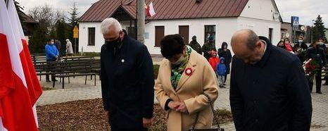 Wiązankę składają przedstawiciele rady i zarządu powiatu puławskiego