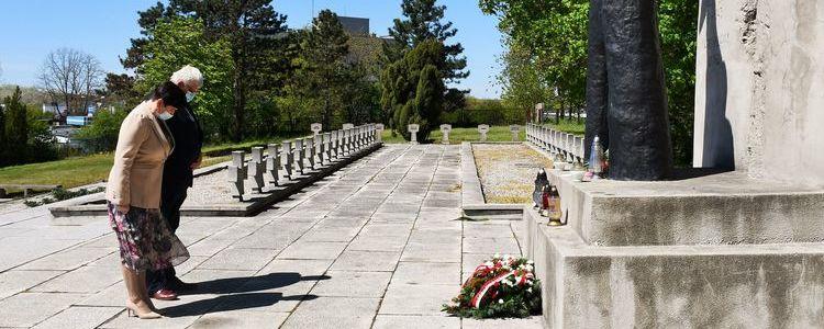 76. rocznica zakończenia II wojny światowej. Pokłon przedstawicieli powiatu pod pomnikiem.