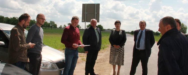 Zdjęcie z przyjęcia odcinka drogi, a na nim przedstawiciele obydwu samorządów – starosta Danuta Smaga, członek zarządu powiatu Jan Ziomka, wójt Jacek Gędek a także kierownictwo Powiatowego Zarządu Dróg Łukasz Ciupa.