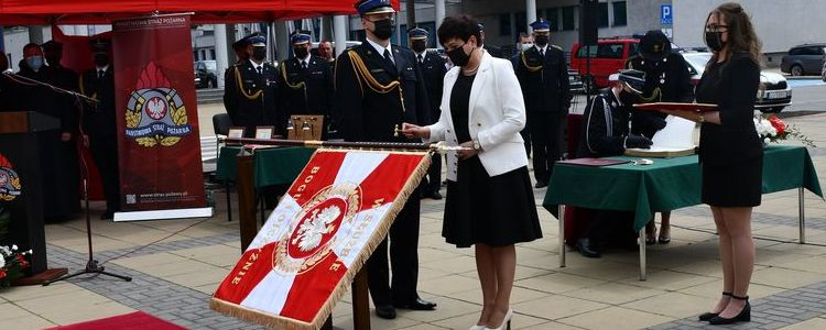 Uroczystość nadania sztandaru przez starosta puławskiego Danutę Smagę