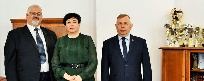 Starosta z członkiem zarządu i wójtem Baranowa w gabinecie w Starostwie Powiatowym w Puławach.