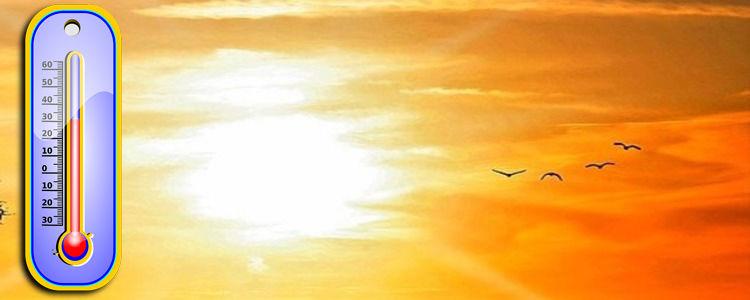 termometr z wysoką temperaturą na tle mocnego słońca