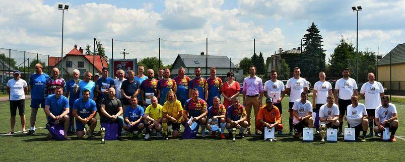 Piłkarze na boisku z nagrodami i starostą