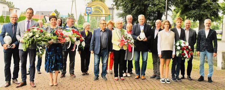W Gołębiu oddali hołd ofiarom wojny. Uczestnicy uroczystości z kwiatami i wiązankami.