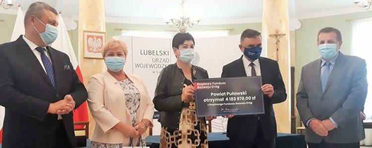 Podpisanie umowy dotacyjnej w Sali Błękitnej Urzędu Wojewódzkiego