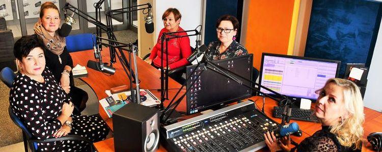 Ludzie w radiowym studiu nagrań