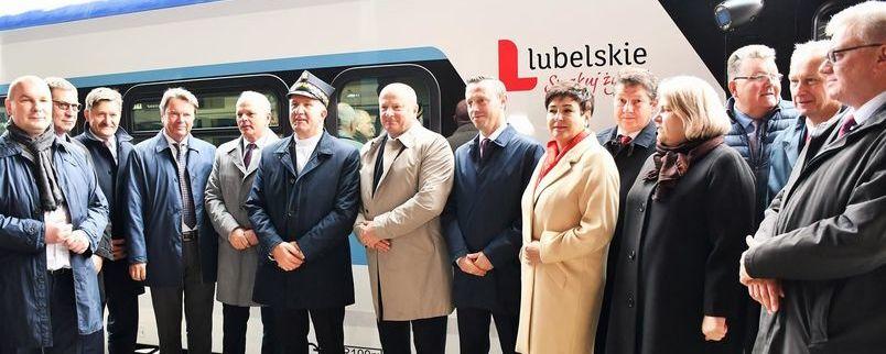 Grupa samorządowców przy przekazywanym pociągu