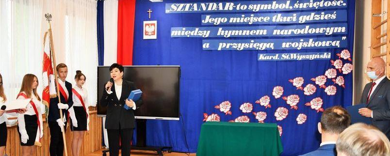 Uroczystość nadania sztandaru Szkole Podstawowej w Zarzeczu, przemawia starosta puławski