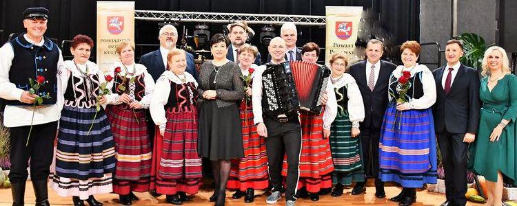 Nagrodzeni ze starostą i Marcinem Wyrostkiem