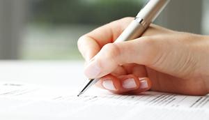 Reka podpisująca dokument