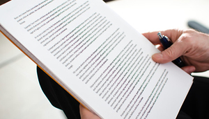 Osoba trzymająca dokument w dłoni