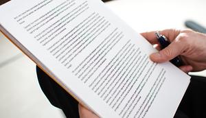 Dokument w dłoni