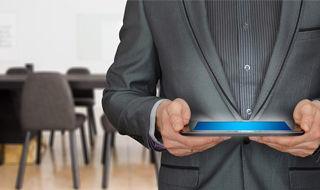 grafika ogólna-sesja: mężczyzna trzymający tablet, w tle sala konferencyjna