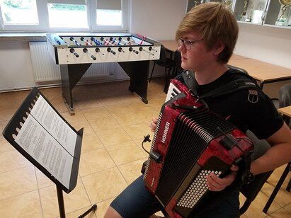 chłopiec z akordeonem