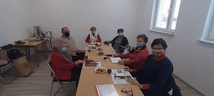 Grupa seniorów przy stole