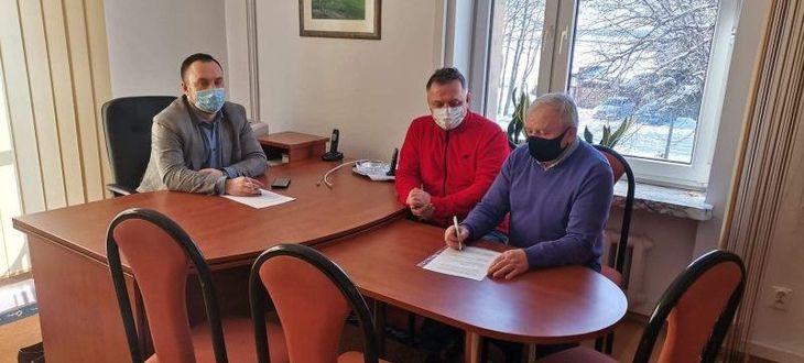 Osoby podczas podpisywania dokumentów