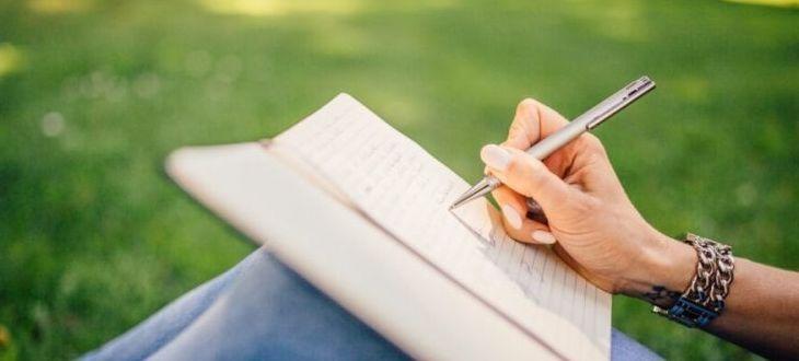 osoba pisząca w notatniku