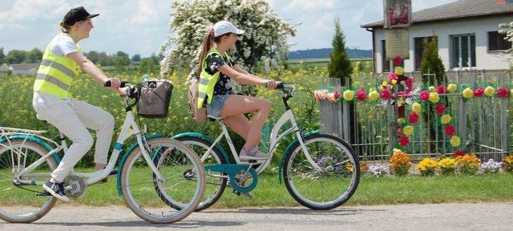 Dwie osoby na rowerach