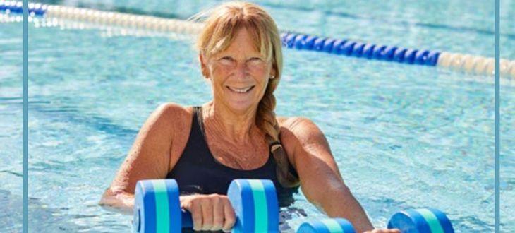 Kobieta w basenie z hantlami
