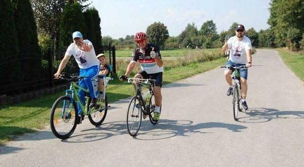 Trzy osoby na rowerach