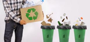 Osoba trzymająca pudełko z plastikiem. W tle trzy zielone śmietniki