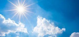 Słońce na niebie, chmury
