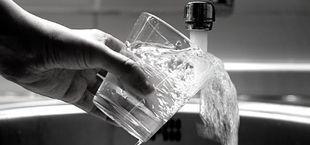 Zdjęcie napełniania szklanki wodą