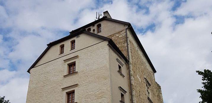 Wykadrowana część zdjęcie przedstawiająca wieże