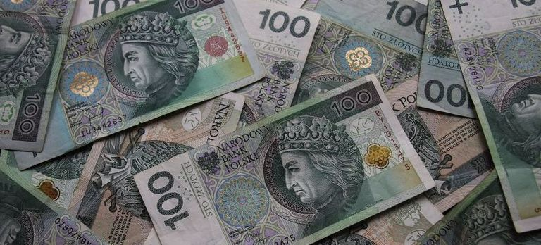 Wykadrowana grafika przedstawiająca polskie banknoty stuzłotowe